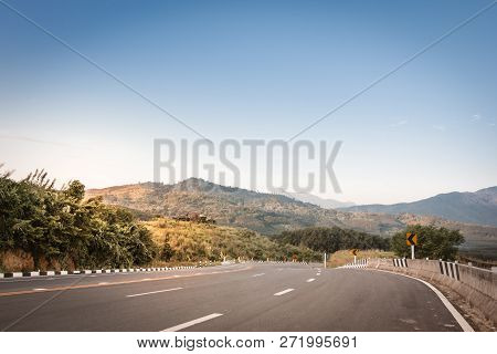 Roads Through Mountain Roads, Rural Roads, Mountain Roads, Evening Atmosphere.