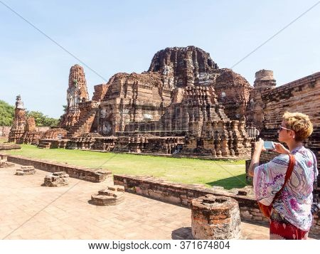 Wat Mahathat Ayutthaya,thailand-18 October 2018;tourists Are Touring The Temple In Ayutthaya, Photog