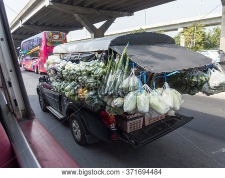 On The Road Bangkok Thailand-28 November 2018:buses Sell Vegetables, Sells Food, Sells To Distant Li