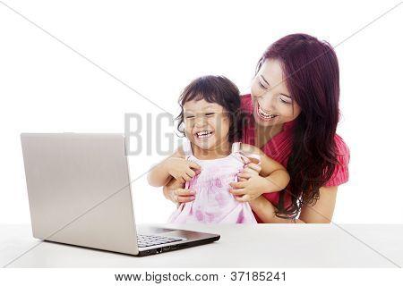 Familia feliz con Laptop