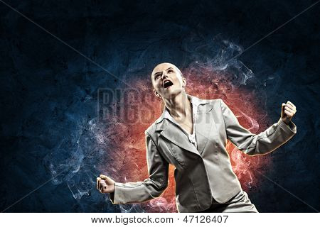 geschäftsfrau im Zorn schreit vor dunklen blauen Hintergrund
