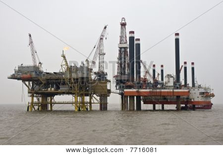 Offshore oil production installation