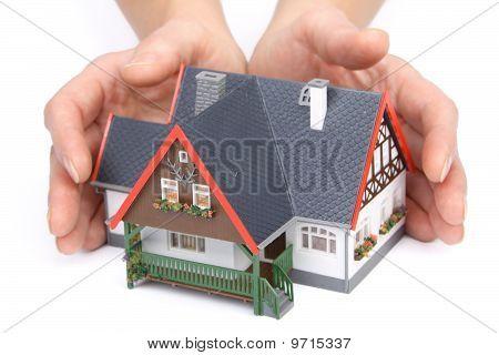 Vrouwelijke handen met huis
