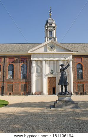 Front of Royal Chelsea Hospital with pensioner statue at entrance