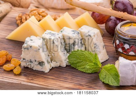 Dorblu cheese, is served with raisin, washed, honey and grapes