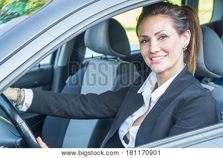 an Happy woman in his new car