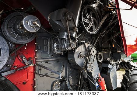 Mechanical gear transmission of a harvester machine