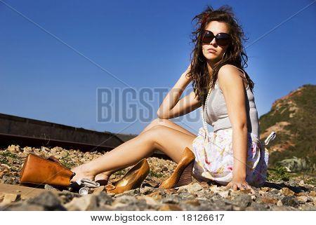Junge Model mit Sonnenbrille posiert