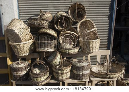 Made of reeds reeds or similar fine branches; Food goods and sometimes a kind of container used to carry live. Hand made