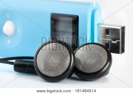 Blue MP3 player with a port USB and black headphones