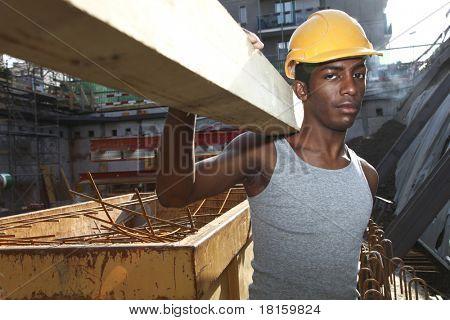 jonge zwarte man die werkt in de tuin