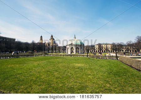 Munich Baviera Alemania.- 28 de marzo de 2017. people are walking towards the temple of diana situated inside of the hofgarten in german city munich