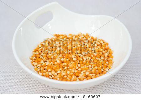 Haufen isoliert auf weiß Schüssel Popcorn-Samen