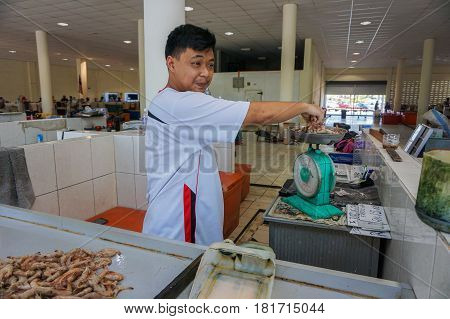 Labuan,Malaysiai-Apr 7,2017:Vendor sale seafood selling fresh prawn in Labuan market,Labuan island Malaysia on 7th April 2017.
