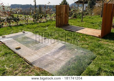 Raised bed construction manual - substructure Vole grate and wooden raised bed