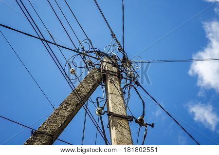 Air highvoltage power lines with glass insulators in poor condition