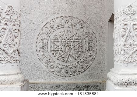 Bas-reliefs and sculptural details in the design of stone art