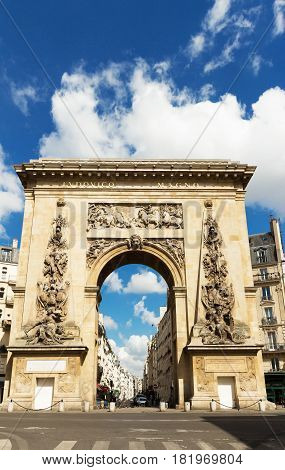 The Porte Saint-Denis triumphal arch . Built in 1672 and designed by architect Francois Blondel.