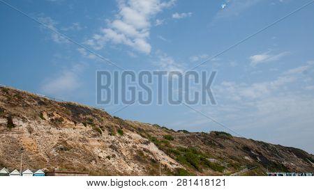 Küste In Bournemouth Im Sommer, Blauer Himmel Und Ein Paar Wolken