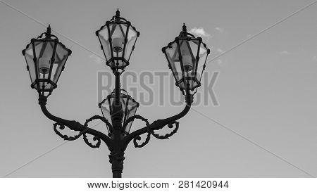 Klassische, Historische Straßenlampen Als Schwarz Weiß Fotografie