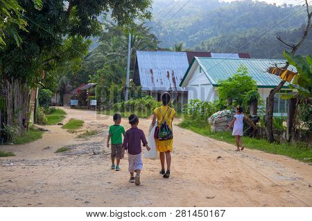 Port Barton, Philippines - 23 Nov 2018: Woman And Children On Dusty Village Road. Filippino Family O