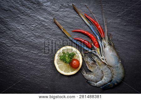 Seafood Shrimps Shellfish / Fresh Prawns Ocean Gourmet Raw Shrimp With Chilli Tomato Lemon And Green