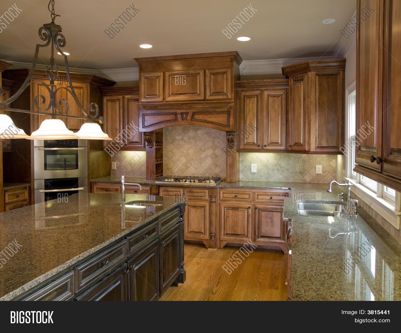 Bild und Foto: Luxus Küche Mit Mittelinsel | Bigstock