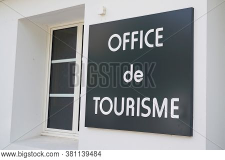 Bordeaux , Aquitaine / France - 08 10 2020 : Office De Tourisme French Tourism Office Text Sign On W