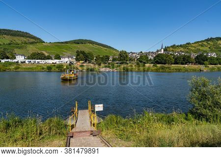 Enkirch, Rheinland-pfalz / Germany - 31 July 2020: Small Ferry Crossing The Mosel River At Enkirch T