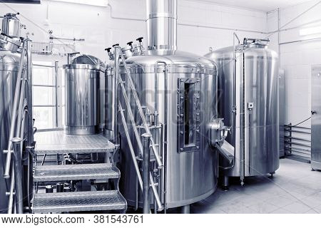 Stainless steel beer-making tanks, small capacity brewery, toned