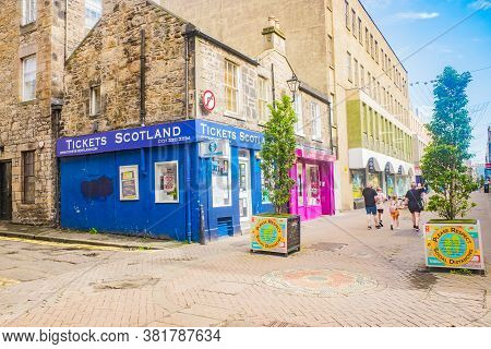 Edinburgh Scotland 6th Aug 2020 Buildings And Shops On Rose Street In The New Town In Edinburgh, Sco