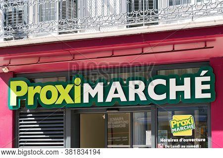 Bordeaux , Aquitaine / France - 08 16 2020 : Proxi Marche Supermarket Logo And Text Sign Front Of Sh