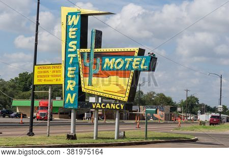 Sayre, Oklahoma, Usa - September 11 2015; Western Motel Retro Signiconic Retro Sign On Historic Rout