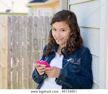 Amerikaanse Latijns-tiener meisje muziek met de smartphone earings
