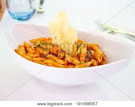 Macarrones a la boloñesa con parmesano. Macaroni to Bolognese with Parmesan.