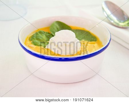Crema de zanahoria y albahaca. Cream of carrot and basil.