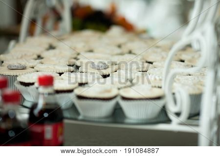 White and black cupcakes stand on the mirror tray