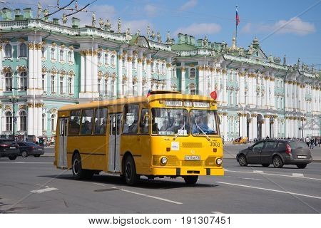 SAINT PETERSBURG, RUSSIA - MAY 21, 2017: Yellow city bus LiAZ-677 in the background of the Winter Palace. Parade of petrotransport in Saint-Petersburg