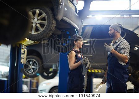 Master of car service talking to his trainee