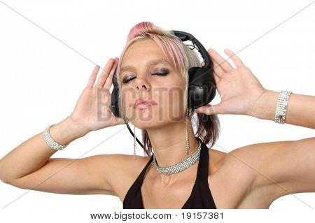 Schön Blond anhören von Musik auf einem weißen Hintergrund