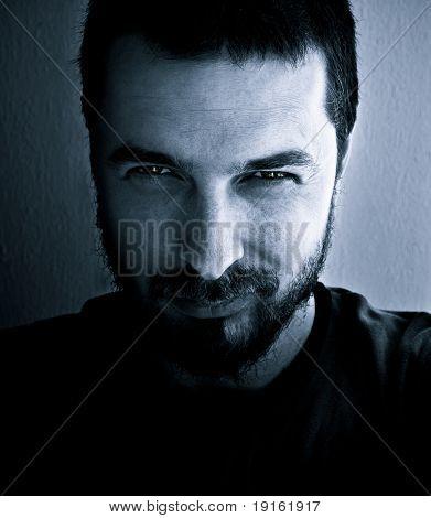 Porträt von gefährlichen und interessante sucht Mann