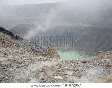 Foto de la laguna ácida en el interior del cráter del Volcán de Santa Ana.