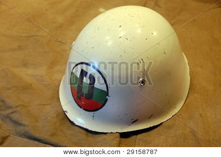 Bulgarian battle helmet (M51)(1951) This helmet with the P-and-flag logo denotes Bulgarian Military Police.Extremely similar to the Italian M33, this helmet was adopted by the Bulgarian forces