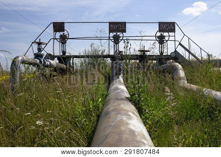 Oil And Gas Processing Plant With Pipe Line Valves. Oil Pipeline Valves In The Oil And Gas Industry.