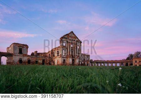 Ruzhany Palace, Ruins Of Medieval Ruzhany Palace Of Sapieha Complex. Landmark Of Belarus With Elemen
