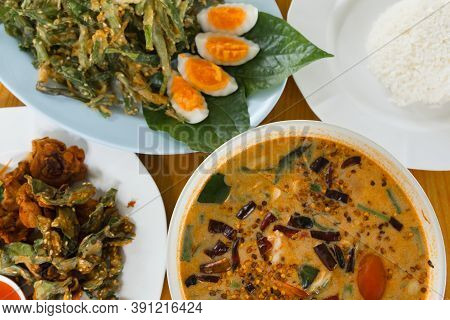 Tom Yum Is A Food Of Thailand That Is Delicious, Sour, Spicy, Add Various Meats, Seasoned With Lime,