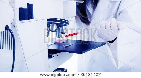 Nahaufnahme des weiblichen Wissenschaftler arbeiten am Mikroskop im Labor