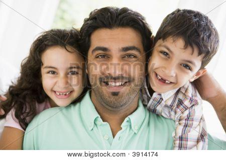 Středního východu otce s dětmi doma