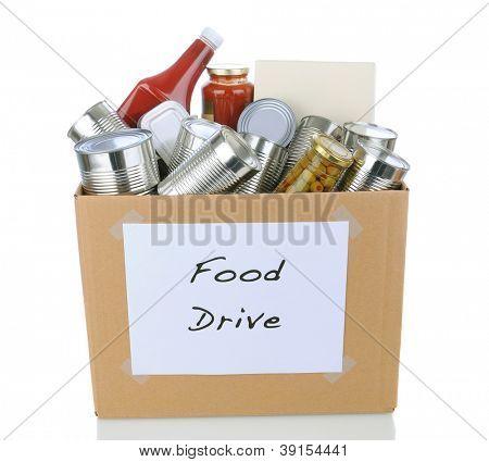 Eine Kiste voller Dosen und verpackte Lebensmittel für eine Wohltätigkeitsaktion für Lebensmittel-Spende. Isoliert auf weißem wit