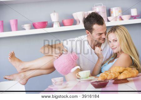 paar Enjyoing Frühstück